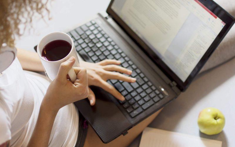 ممارسة المرأة شغل علي الانترنت و الربح منه